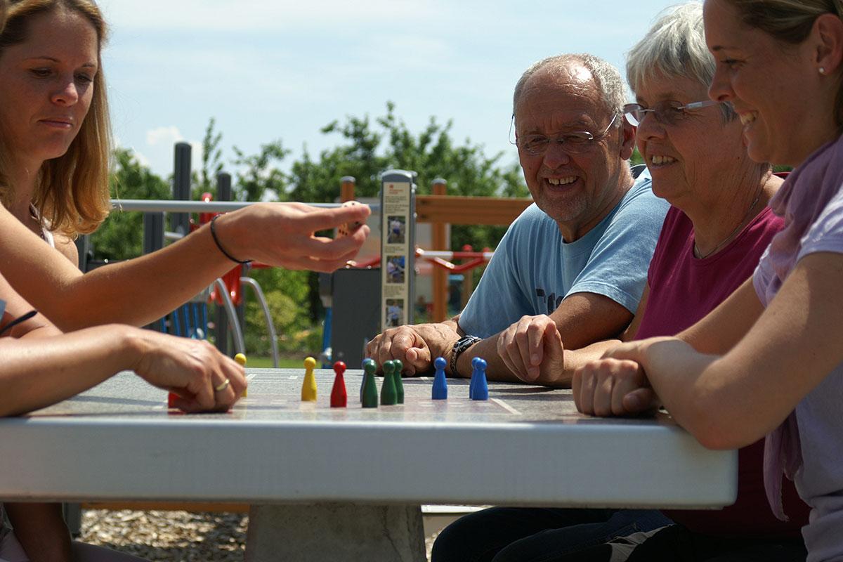 Mehrgenerationenplatz Grünkraut, Spieltisch