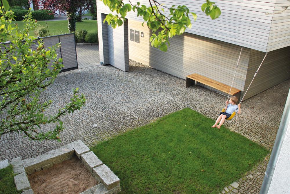 Doppelgarage mit Lagerraum Grünkraut, Innenhof mit Spielbereich